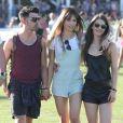 Joe Jonas et Blanda Eggenschwiler se baladent dans un parc, lors du Festival de Coachella, le samedi 12 avril 2014.