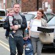 Wayne Rooney, son épouse Coleen et leurs enfants Kai et Klay, dans les rues d'Alderley Edge, le 12 avril 2014