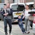 Wayne Rooney avec son petit Klay dans les bras, au côté de son épouse Coleen en prise avec l'aîné Kai, dans les rues d'Alderley Edge, le 12 avril 2014