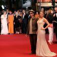 """Leos Carax et Kylie Minogue - Montée des marches du film """"La Grande Bellezza"""" lors du 66eme Festival du film de Cannes, le 21 mai 2013."""
