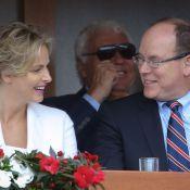 Charlene de Monaco, rieuse et complice avec Albert, fait la 'ola' pour la Suisse