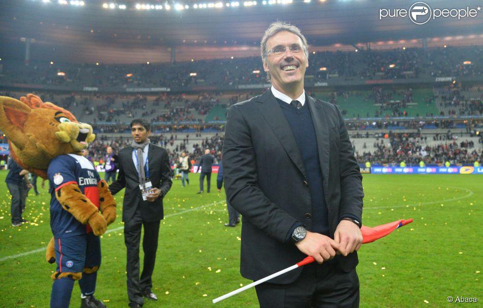 Laurent blanc lors de la finale de football de la coupe de la ligue psg lyon 2 1 au stade - Match paris lyon coupe de la ligue ...
