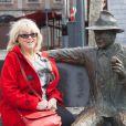 Exclusif - Mylène Demongeot pose avec la statue de Georges Simenon sur un banc dans les rues de Liège. Mylène Demongeot, qui n'est pas retournée à Liège depuis 40 ans, et Pierre Simenon ont fait un pèlerinage dans la ville natale de Georges Simenon, le 27 avril 2014.