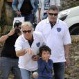 L'humoriste Franck Dubosc avec son fils Raphaël, pointe sous le regard de Jean-Marie Bigard lors de l'épreuve de pétanque organisée à Mougins dans le cadre du 1er Trophée du Sud des Alpes. 4 mai 2014
