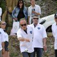 Le maire de Mougins Richard Galy pointe sous le regard de l'humoriste Jean-Marie Bigard lors de l'épreuve de pétanque organisée à Mougins dans le cadre du 1er Trophée du Sud des Alpes. 4 mai 2014