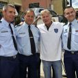 Franck Dubosc et les représentants de la gendarmerie lors de l'épreuve de pétanque organisée à Mougins dans le cadre du 1er Trophée du Sud des Alpes. 4 mai 2014