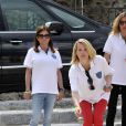 Agata Siwakowska de M6 Boutique, pointe sous le regard de l'actrice Charlotte Valandrey lors de l'épreuve de pétanque organisée à Mougins dans le cadre du 1er Trophée du Sud des Alpes. 4 mai 2014