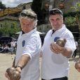 Franck Dubosc et Jean-Marie Bigard lors de l'épreuve de pétanque organisée à Mougins dans le cadre du 1er Trophée du Sud des Alpes. 4 mai 2014