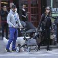 Fraîchement parents, Olivia Wilde et Jason Sudeikis se baladent avec leur enfant Otis Alexander dans le downtown Manhattan, New York, le 4 mai 2014.