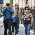 Olivia Wilde, Jason Sudeikis -qui tente de prendre en photo les paparazzi - et leur fils Otis se promènent dans les rues de New York le 1er mai 2014.