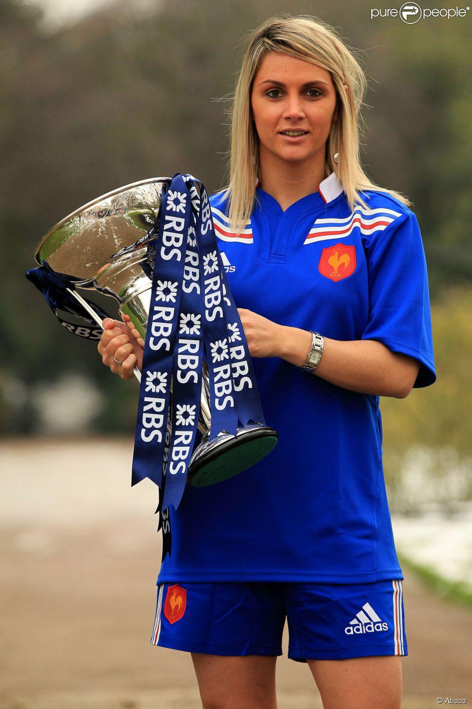 Marie-Alice Yahé, capitaine de l'équipe de France, avec le trophée du Tournoi des Six Nations au Hurlingham Club de Londres, le 23 janvier 2013