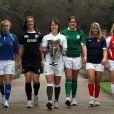 Marie-Alice Yahé, capitaine de l'équipe de France, entourée des capitaines des équipes féminines du Tournoi des Six Nations au Hurlingham Club de Londres, le 26 janvier 2011