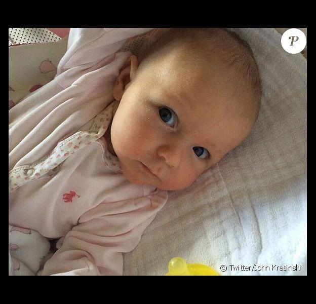 Heureux papa, John Krasinski a présenté au monde sa fille Hazel, née de ses amours avec Emily Blunt, sur sa page Twitter, le 13 mai 2014.