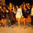 Kim Kardashian a enterré sa vie de jeune fille avec ses soeurs Khloé et Kylie Jenner et ses amies à Paris. La joyeuse bande s'est rendue devant la pyramide du Louvre. Le 22 mai 2014