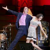 Hugh Laurie : Déchaîné sur scène, il danse et trinque avec son public !
