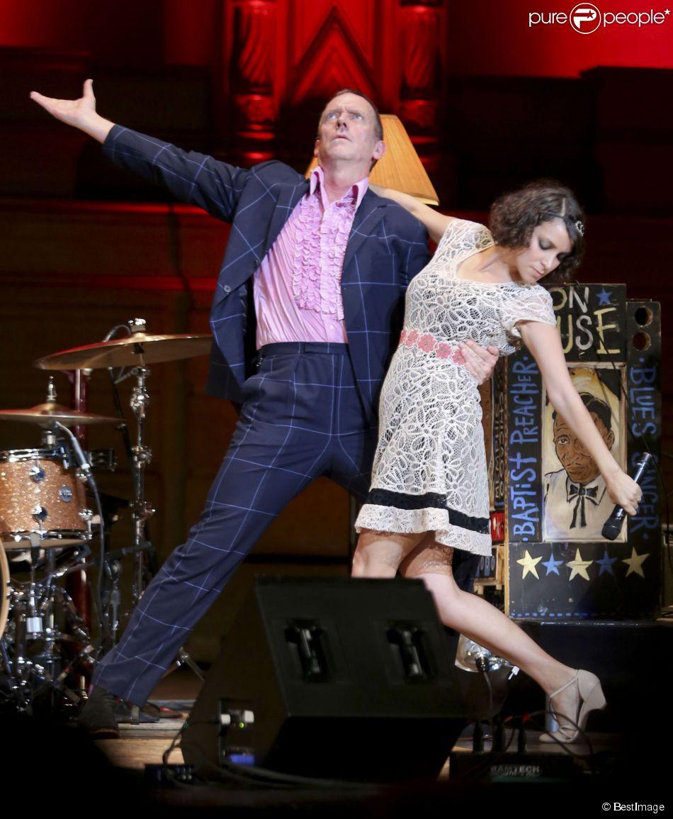 L'acteur Hugh Laurie et le groupe The Copper Bottom en concert au Orpheum Annex Theatre à Vancouver, le 20 mai 2014.