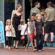 Angelina Jolie emmenant ses enfants Shiloh, Maddox, Pax, Zahara, Vivienne et Knox visiter l'aquarium de Sydney en Australie le 6 septembre 2013.
