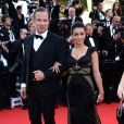 """Fabrice Deville et Priscilla Betti (robe Christophe Guillarmé, pochette Carmen Steffens, bijoux Elsa Lee) lors de la montée des marches du film """"Mr. Turner"""" lors du 67e Festival du film de Cannes le 15 mai 2014. Ils jouent ensemble dans le film Secret d'hiver"""