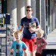 Matt Bomer et ses fils Walker et Henry, à Hollywood, Los Angeles, le 3 avril 2014.