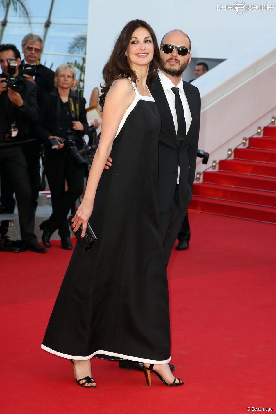 """Helena Noguerra et son compagnon Fabrice Du Welz - Montée des marches du film """"Sils Maria"""" lors du 67e Festival du film de Cannes le 23 mai 2014"""