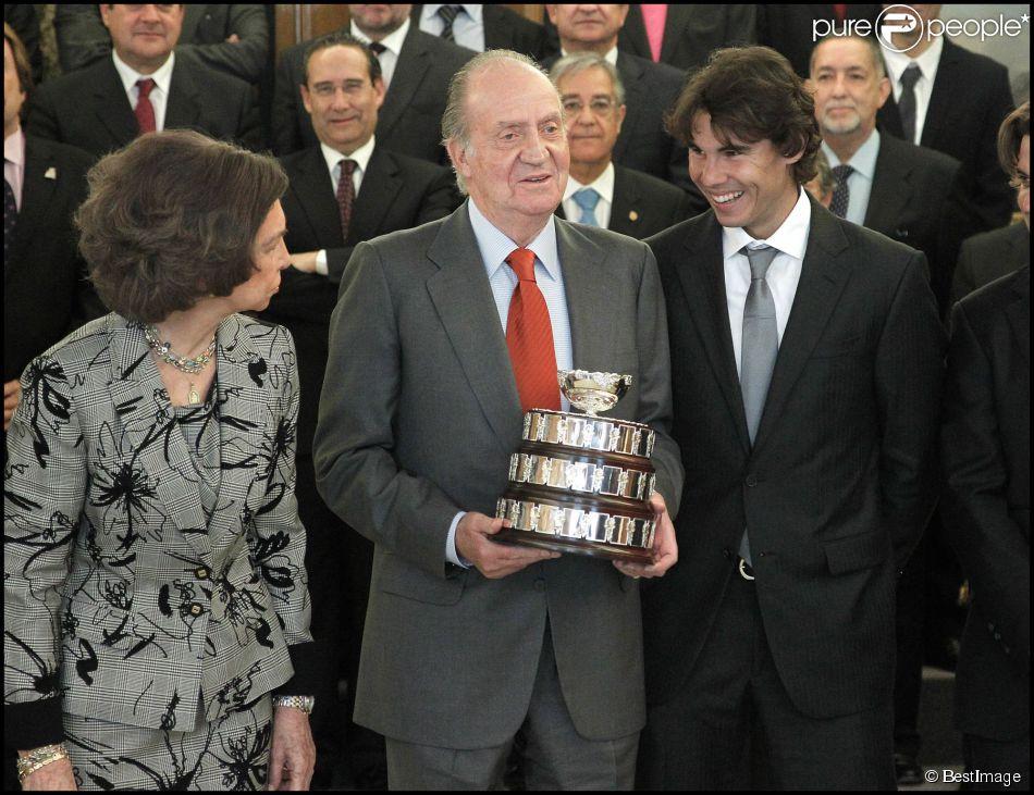 Rafael Nadal présente la Coupe Davis au roi Juan Carlos le 14 février 2012 à Madrid.