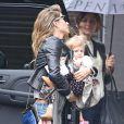 Gisele Bündchen se rend sur le tournage d'une publicité pour Chanel No. 5 avec sa fille Vivian Lake Brady à New York le 28 mai 2014.