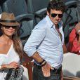 Patrick Bruel et sa compagne Caroline lors de la demi-finale hommes aux Internationaux de France de tennis de Roland Garros à Paris, le 6 juin 2014