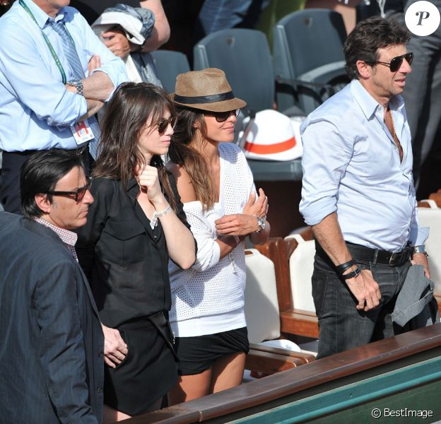 Charlotte Gainsbourg et Yvan Attal, Patrick Bruel et sa compagne Caroline aux Internationaux de France de tennis de Roland Garros à Paris, le 6 juin 2014