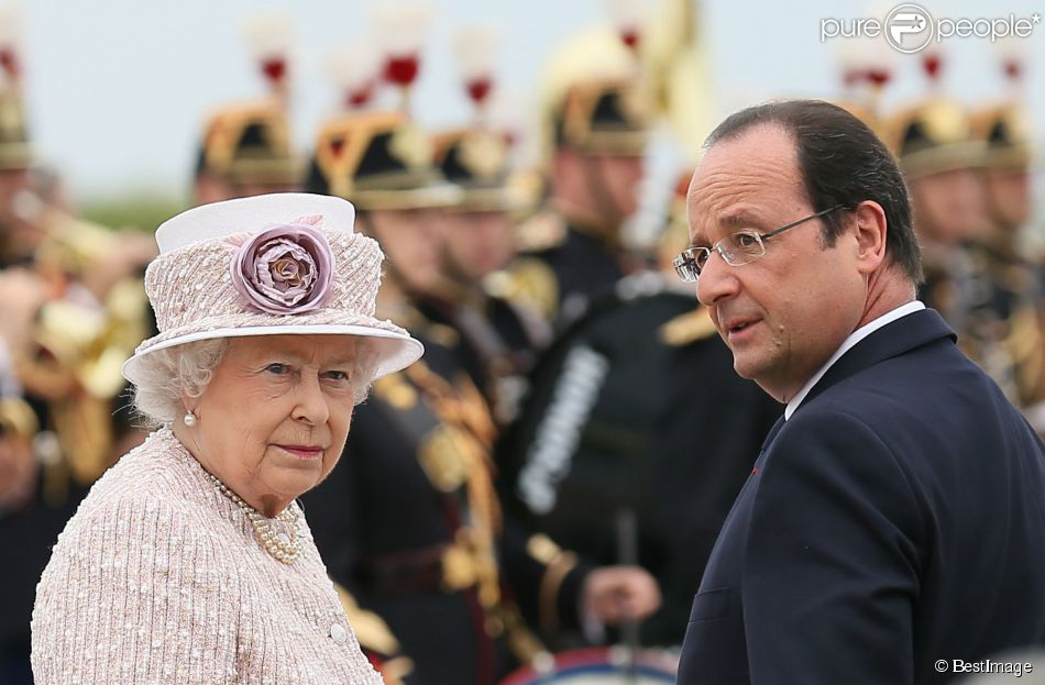 elizabeth ii adul e et radieuse devant fran ois hollande et anne hidalgo purepeople. Black Bedroom Furniture Sets. Home Design Ideas