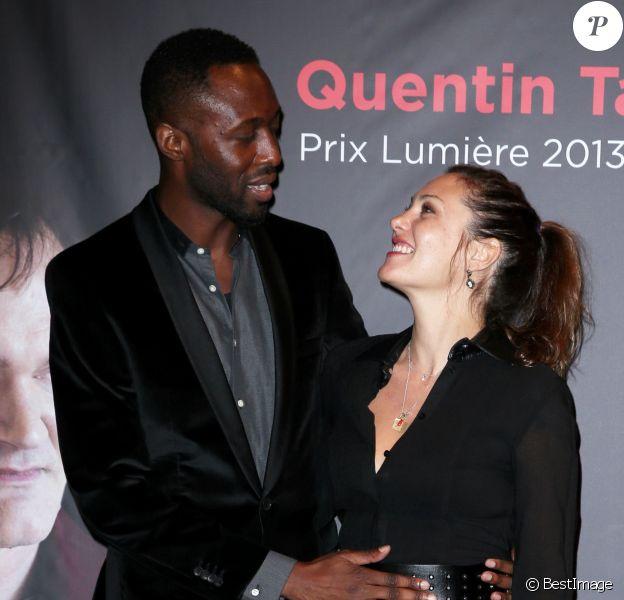 Thomas Ngijol et sa compagne Karole Rocher, posent ensemble lors de la remise du Prix Lumière 2013 à Quentin Tarantino à l'amphithéâtre du palais des Congres de Lyon Le 18 octobre 2013. Le couple a accueilli une petite fille selon Ici Paris en kiosques le 11 juin. Une petite Angelina