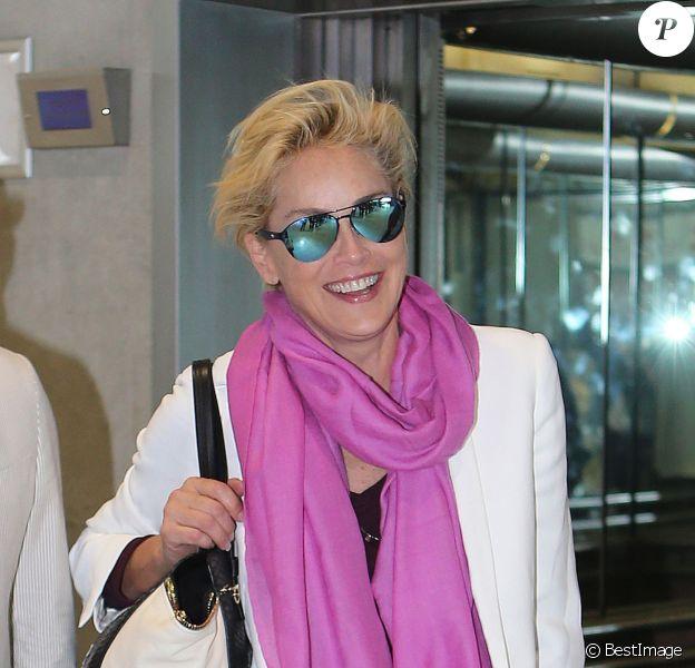 Exclusif - Sharon Stone arrive à l'aéroport de Nice, chargée de toutes ses valises, pour prendre un avion à destination des Etats-Unis. L'actrice devait être la maîtresse de cérémonie des World Music Awards la veille à Monaco. Le 28 mai 2014.
