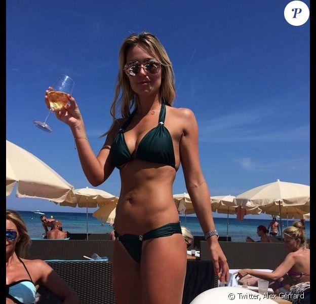 Alex Gerrard : maillot de bain et verre à la main, ses vacances à Ibiza se passent bien, le 13 juin 2014