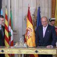 Mariano Rajoy, premier ministre et le roi Juan Carlos d'Espagne lors de la cérémonie au cours de laquelle le roi Juan Carlos d'Espagne signe la loi d'abdication dans la salle des colonnes du palais royal à Madrid, le 18 juin 2014.  Spanish King Juan Carlos I and Spain's Prime Minister Mariano Rajoy during the signing of the abdication law of Spain King Juan Carlos at the Royal Palace of Madrid on Wednesday 18th June 201418/06/2014 - Madrid