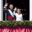 Le roi Felipe VI et la reine Letizia d'Espagne saluent la foule depuis le balcon du palais royal à Madrid le 19 juin 2014