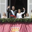 Le roi Juan Carlos et la reine Sofia d'Espagne - Le roi Felipe VI, la reine Letizia d'Espagne et leurs filles, la princesse Leonor et l'infante Sofia, saluent la foule depuis le balcon du palais royal à Madrid le 19 juin 2014