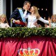 Le roi Felipe VI, la reine Letizia et leurs filles, la princesse Leonor et l'infante Sofia, saluent la foule depuis le balcon du Palais Royal à Madrid le 19 juin 2014.