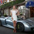 Maria Sharapova devant l'hôtel Goring où l'attend sa Porsche 918 Spyder hybride avant d'aller à la soirée WTA le 19 juin 2014