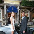 Maria Sharapova et son chauffeur d'un soir Mark Webber, ex-pilote de F1 devant l'hôtel Goring où l'attend sa Porsche 918 Spyder hybride avant d'aller à la soirée WTA le 19 juin 2014