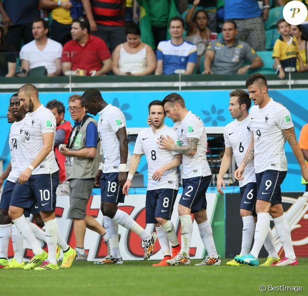 Karim Benzema, Moussa Sissoko, Mathieu Valbuena, Mathieu Debuchy, Yohan Cabaye, et Olivier Giroud, fiers de leur victoire à l'issue du match Suisse-France, au stade Fonte Nova à Salvador de Bahia au Brésil, le 20 juin 2014, pendant la coupe du monde de la FIFA 2014.