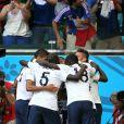 Mamadou Sakho, Moussa Sissoko et leurs camarades s'encouragent lors du match Suisse-France, au stade Fonte Nova à Salvador de Bahia au Brésil, le 20 juin 2014, pendant la coupe du monde de la FIFA 2014.
