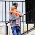 Josh Duhamel avec son fils Axl à Brentwood, le 25 juin 2014.