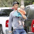 Josh Duhamel rentre chez lui avec son fils Axl après avoir pris un petit-déjeuner à Brentwood, le 25 juin 2014.