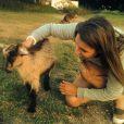 Laury Thilleman se détend auprès d'animaux. Juin 2014.