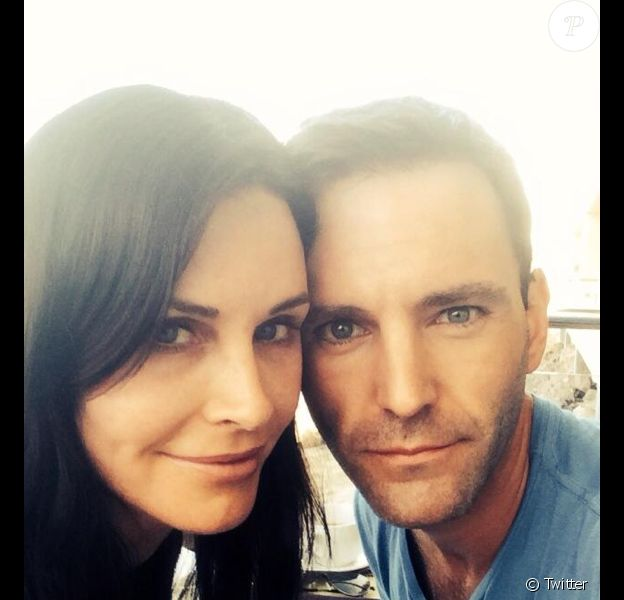 Photo que Courteney Cox et Johnny McDaid ont chacun publié sur leur compte Twitter, annonçant simultanément leurs fiançailles