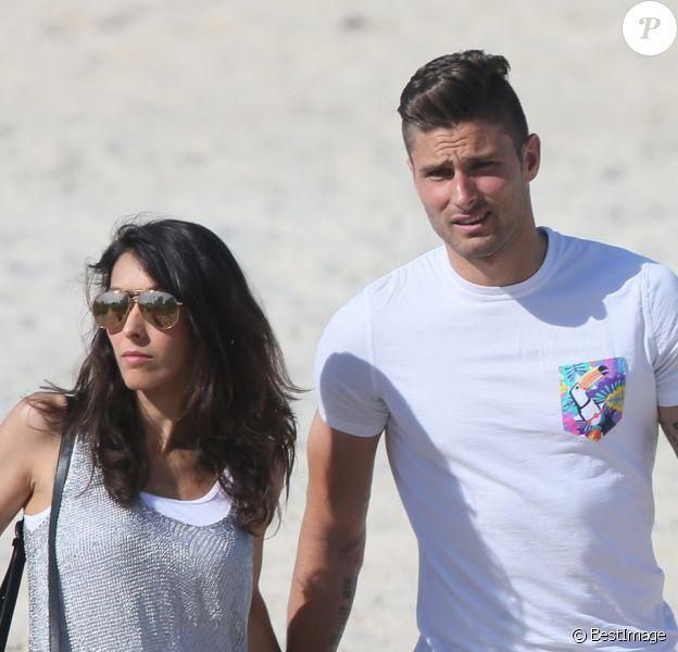 L'attaquant de l'équipe de France Olivier Giroud et sa femme Jennifer se promènent sur la plage de Rio de Janeiro au Brésil le 26 juin 2014.