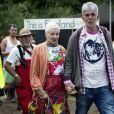 Vivienne Westwood, accompagnée d'un ami, assiste au festival de Glastonbury, le vendredi 27 juin 2014.