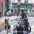 Simon Baker, à vélo dans les rues de Paris, tourne une publicité pour Givenchy et son nouveau parfum pour hommes, Gentleman Only Intense. Paris, le 30 juin 2014.