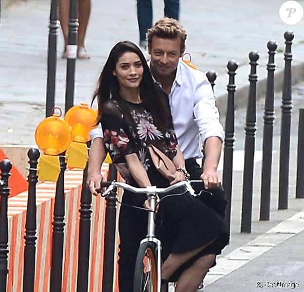 Simon Baker, séducteur à vélo sur le tournage d'une publicité pour Givenchy et son nouveau parfum pour hommes, Gentleman Only Intense. Paris, le 30 juin 2014.
