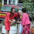 """""""Kate Middleton, la duchesse de Cambridge, visite l'école maternelle Blessed Sacrament School à Islington, bénéficiaire du programme M-PACT Plus, le 1er juillet 2014."""""""