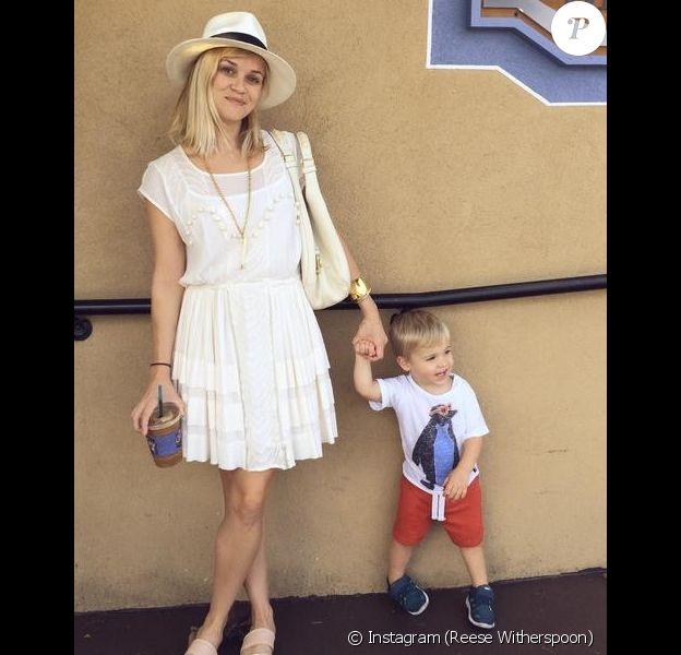 Reese Witherspoon pose avec son fils Tennessee, photio postée via son Instagram le 7 juillet 2014.